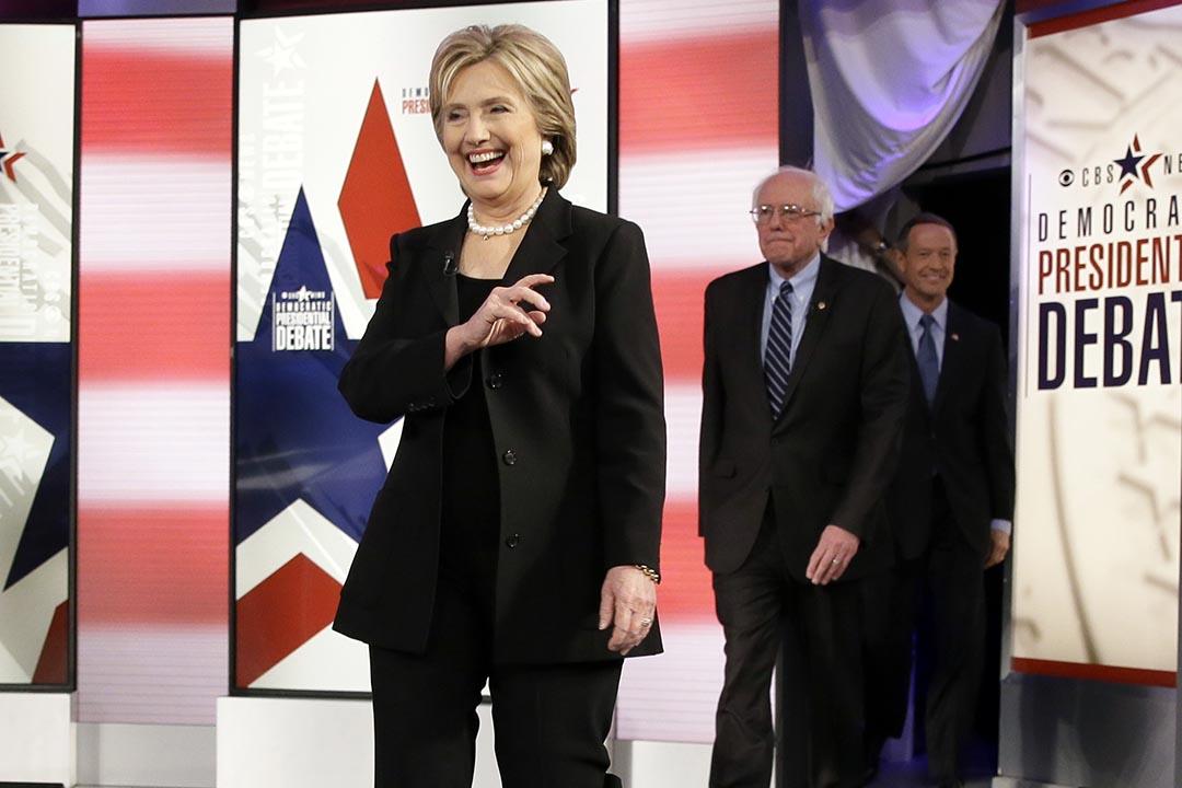 美國民主黨總統候選人希拉里·克林頓(左)、參議員伯尼·桑德斯(中)和馬丁·奧馬利(右)出席民主黨總統初選辯論。攝:Charlie Neibergall/AP