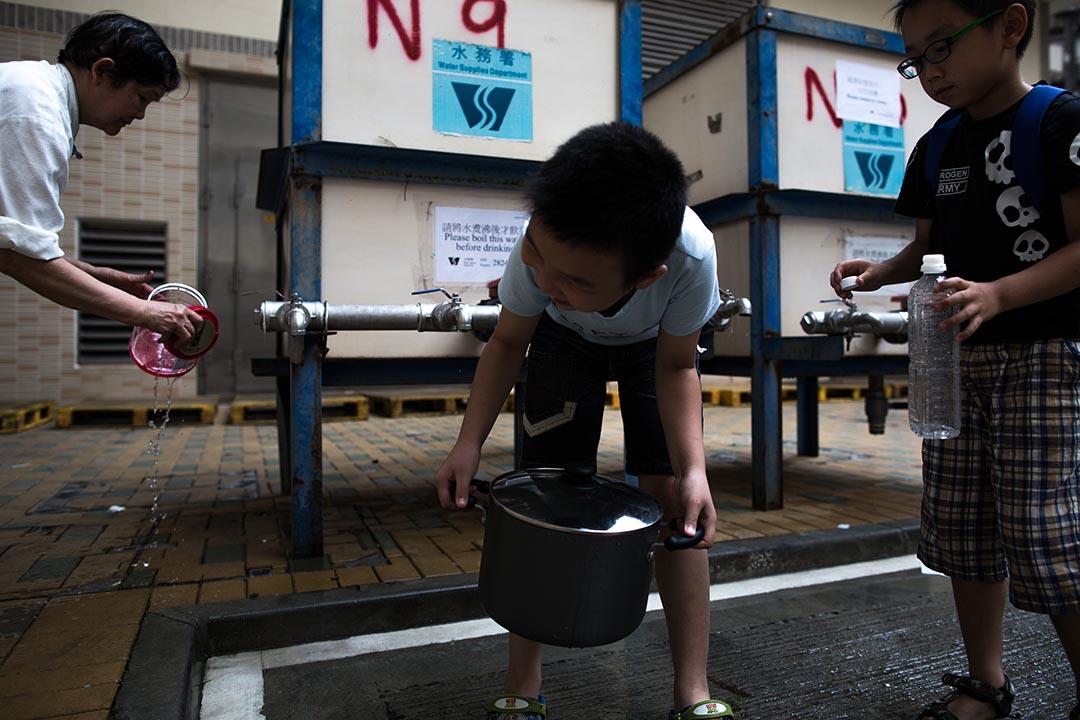 受鉛水影響的紅磡邨居民,需到臨時街喉取水。 攝:盧翊銘/端傳媒