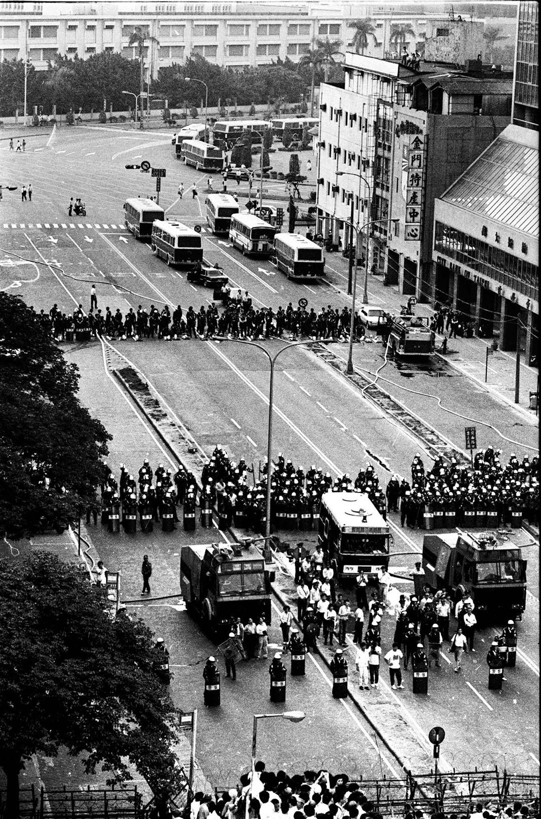 台灣,1987年12月25日國民大會外抗議活動,引起警方封鎖中山堂周圍。