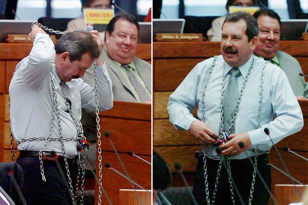 巴拉圭國會議員 Gustavo Musi 用鐵鏈將自己鎖在議席。攝:Ruben Alonzo/REUTERS