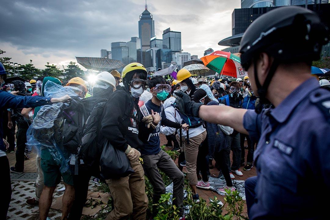 2014年12月01日,金鐘,警方驅散佔領龍和道示威者。 攝:Chris McGrath/Getty