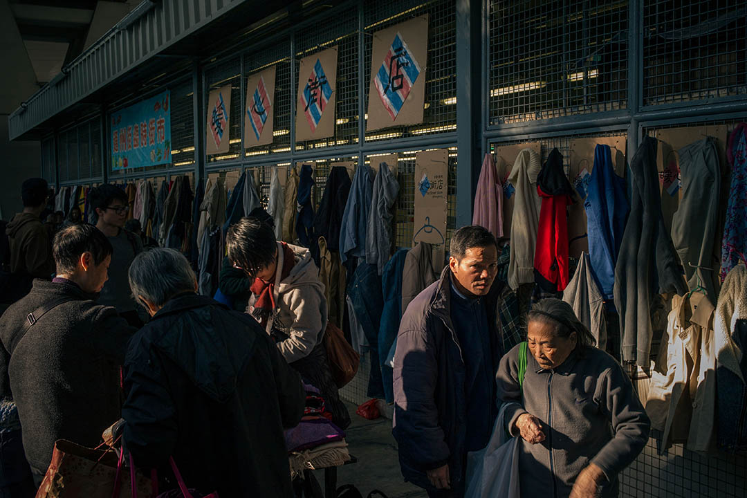 2016年2月6日,香港,義工舉辦「暖心街店」活動,把收集得來的衣物掛在通州街天橋底,讓街友隨便取走。 攝:葉家豪/端傳媒