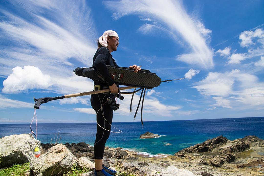 帶著自製魚槍,夏曼·藍波安準備下海潛水。攝: 王文彥/端傳媒