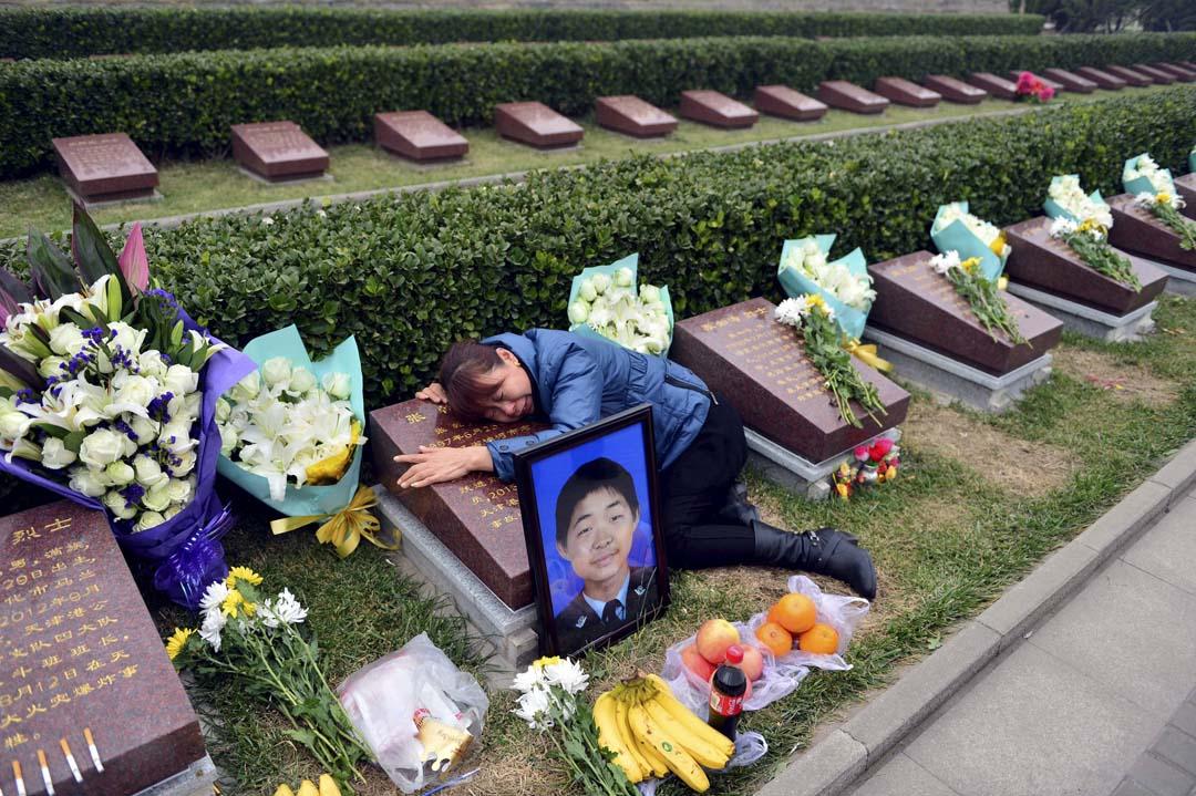 2015年11月19日,一名母親到塘沽烈士陵園拜祭天津港爆炸事件中犧牲的兒子。攝:Stringer/REUTERS