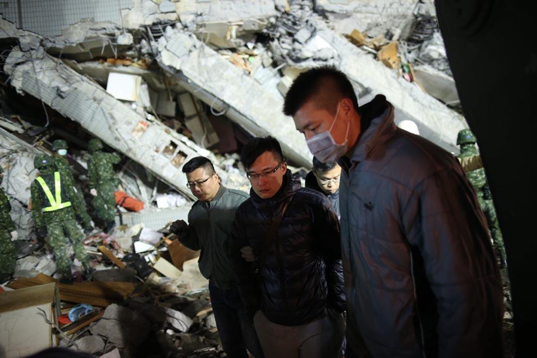 失踨者家屬在災區現場。攝 : 林亦非/端傳媒