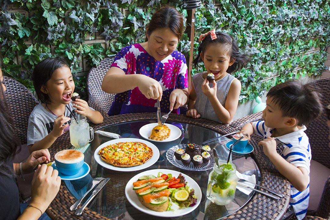 即使帶着孩子外出午膳,爸媽都能輕鬆自在的談心。Rosie Jean's Cafe 營造的自在氣氛,應記一功。   攝:羅國輝/端傳媒