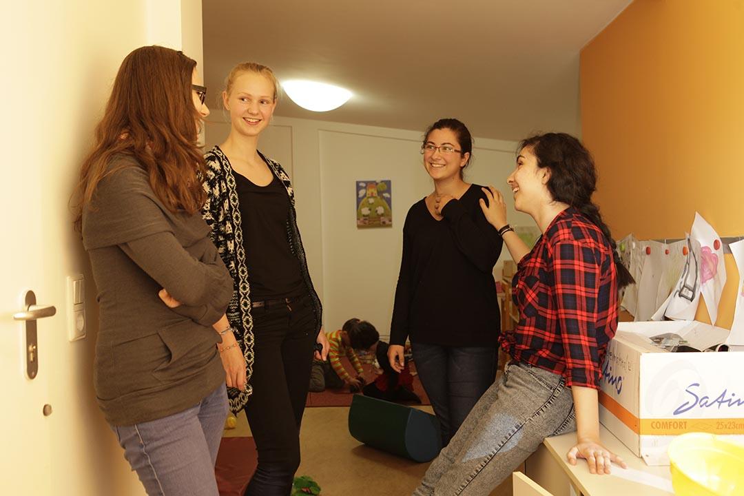 在「多代中心FLAKS  」,幾位十七八歲的少女分享彼此對「老」的看法和想像。攝: Rosa Maria Rühling
