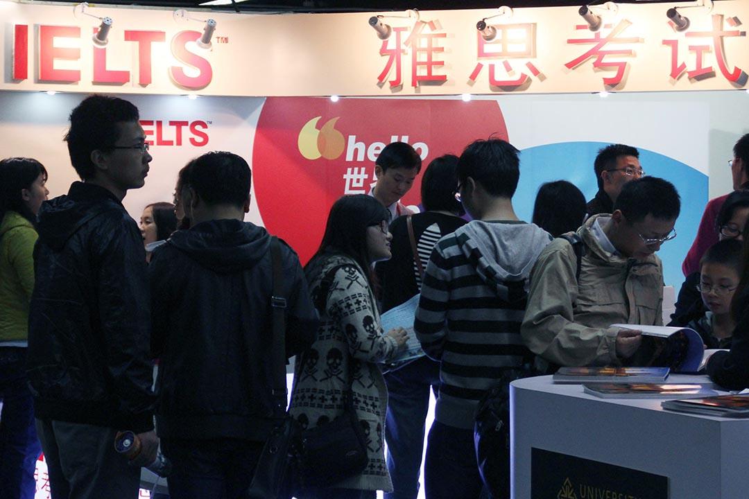 近日,中國多地考生被雅思(IELTS)拒發考試成績。雅思官方稱這些學生「違反考試規定」,遭到中國學生否認。攝 : Imaginechina