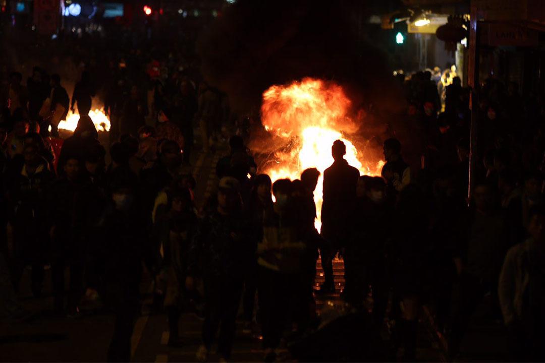 凌晨約4時,示威者在旺角街頭多處地點焚燒雜物。攝:林亦非/端傳媒