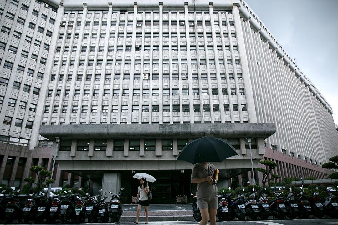 台灣台北,一名路人在台塑大樓前走過。台灣最大企業捲入貪污醜聞。攝: Billy H.C. Kwok/端傳媒