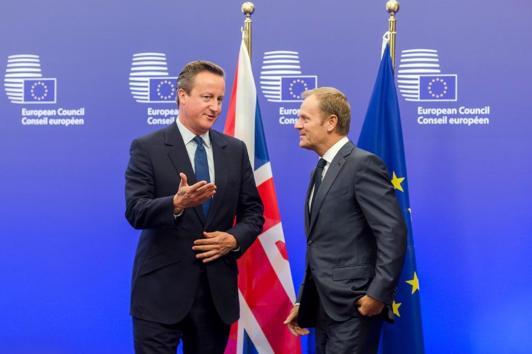 歐洲理事會主席圖斯克(右)歡迎英國首相卡梅倫(左)抵達歐盟委員會大樓。攝 : Geert Vanden Wijngaert/AP