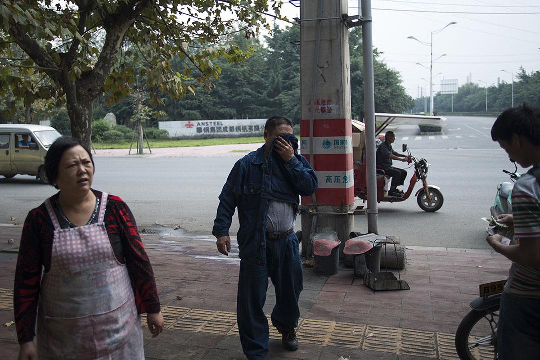 馮世康喜歡攀成鋼發給工人的工作服,身上這套就是他從工人手裏買來的。攝: Yue Wu/端傳媒