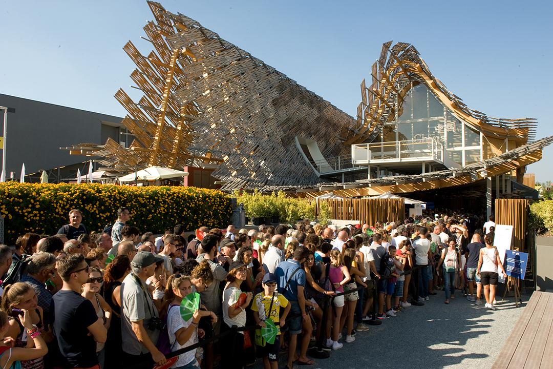 2015年米蘭世博中國館,旅客排隊參觀。 攝:Andrea Wyner/端傳媒
