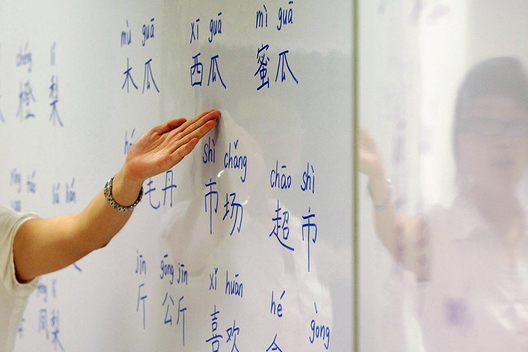 香港大學社會科學研究中心建議香港政府在保留繁體字重要作用的同時,推廣簡體中文的書寫教育。攝: Vivek Prakash /REUTERS