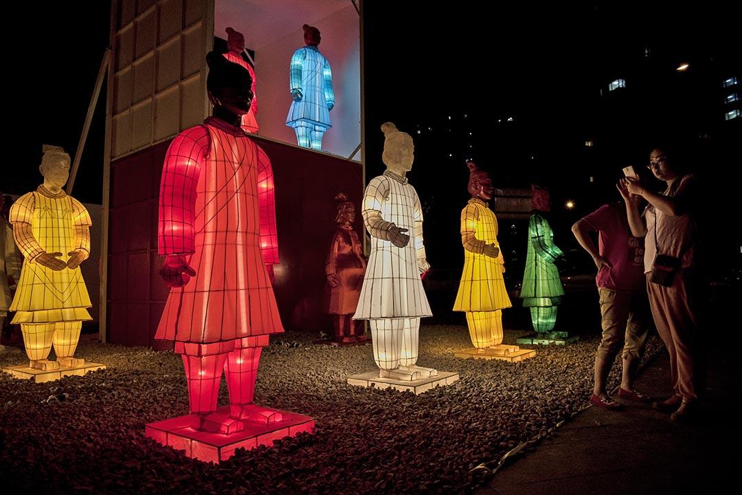 中共中央19日公布《關於繁榮發展社會主義文藝的意見》。圖為兵馬俑燈飾。攝 : Kevin Frayer/GETTY
