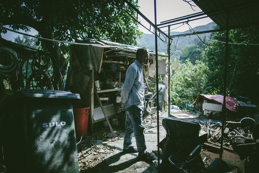 前庭擺放看似爛銅舊鐵的工具,卻是平叔的維生家當。攝 : 王嘉豪/端傳媒