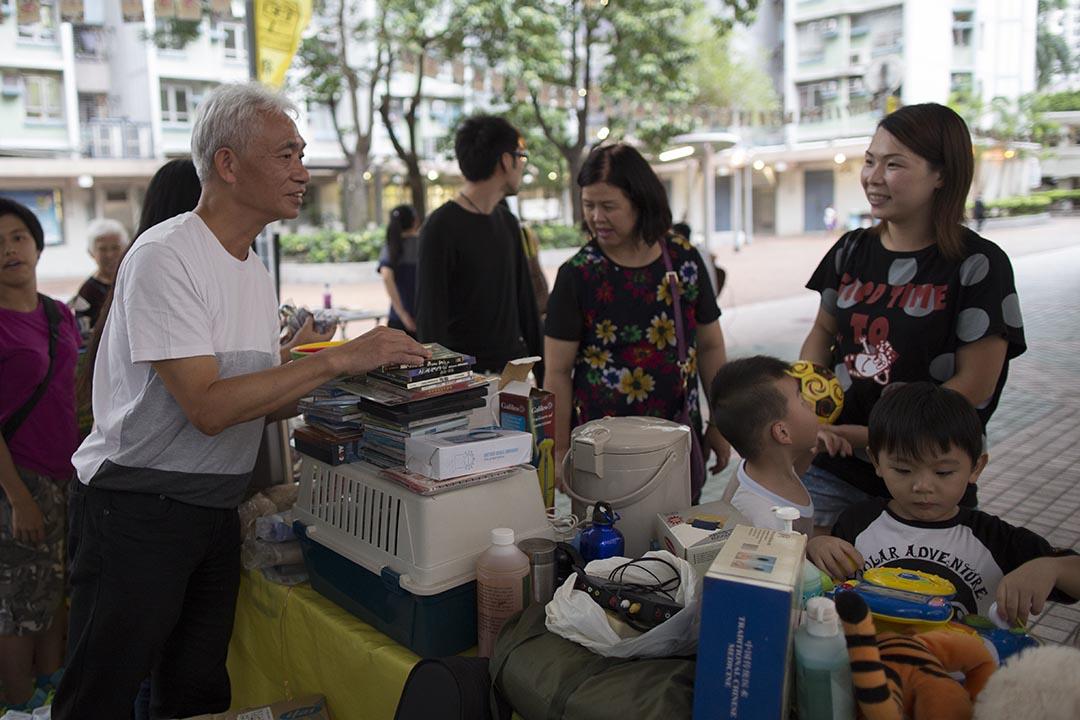 街工梁耀忠在議員辦事處舉辦的地區活動中與街坊傾談。攝:羅國輝/端傳媒