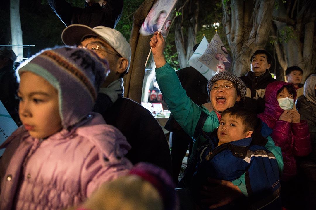 1月14號謝素嬉帶著兩個孫子出席蔡英文在新竹的造勢晚會,大聲呼喊口號。攝:Billy H.C. Kwok/端傳媒