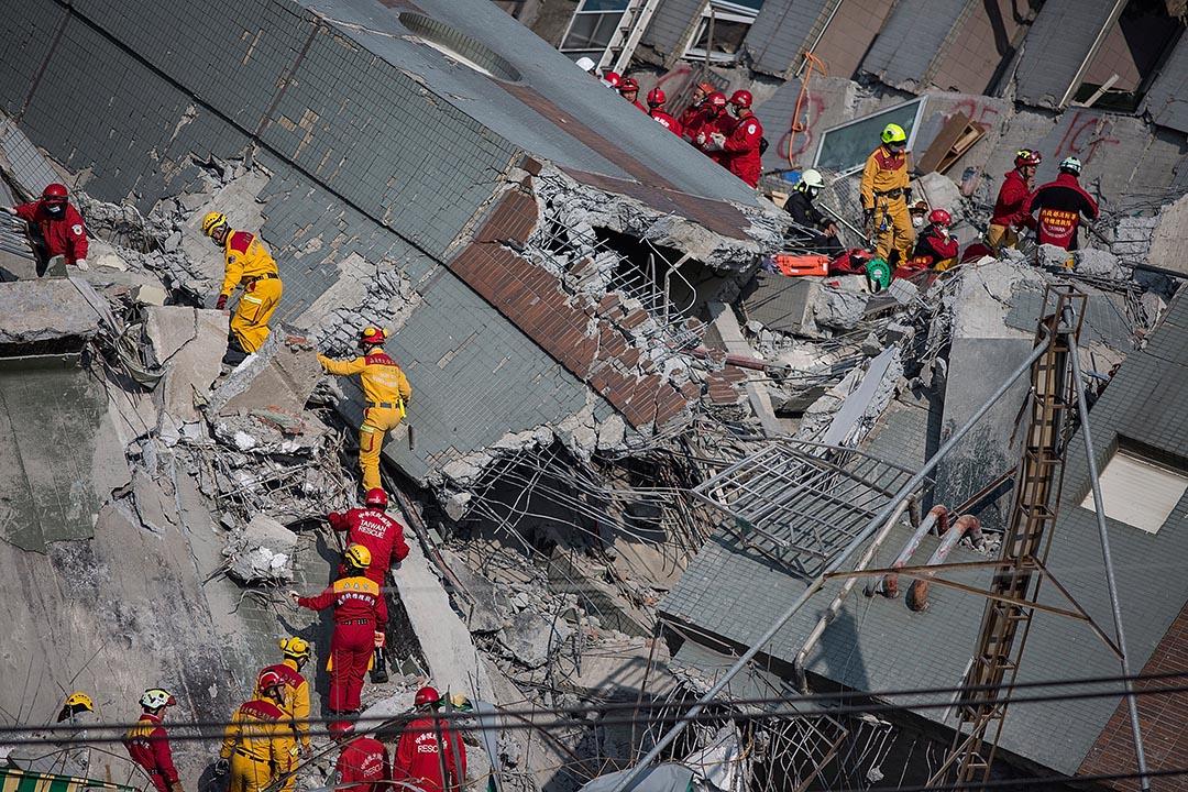 台南發生地震,救援人員進行搜救。攝 : Lam Yik Fei/GETTY