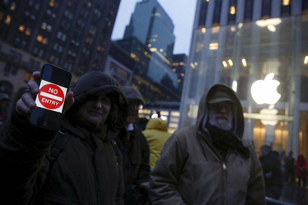 2016年2月23日,美國紐約,一名示威者在蘋果專門店外,向傳媒展示反對蘋果向聯邦調查局洩露用戶資料的標語。攝:Shannon Stapleton/REUTERS