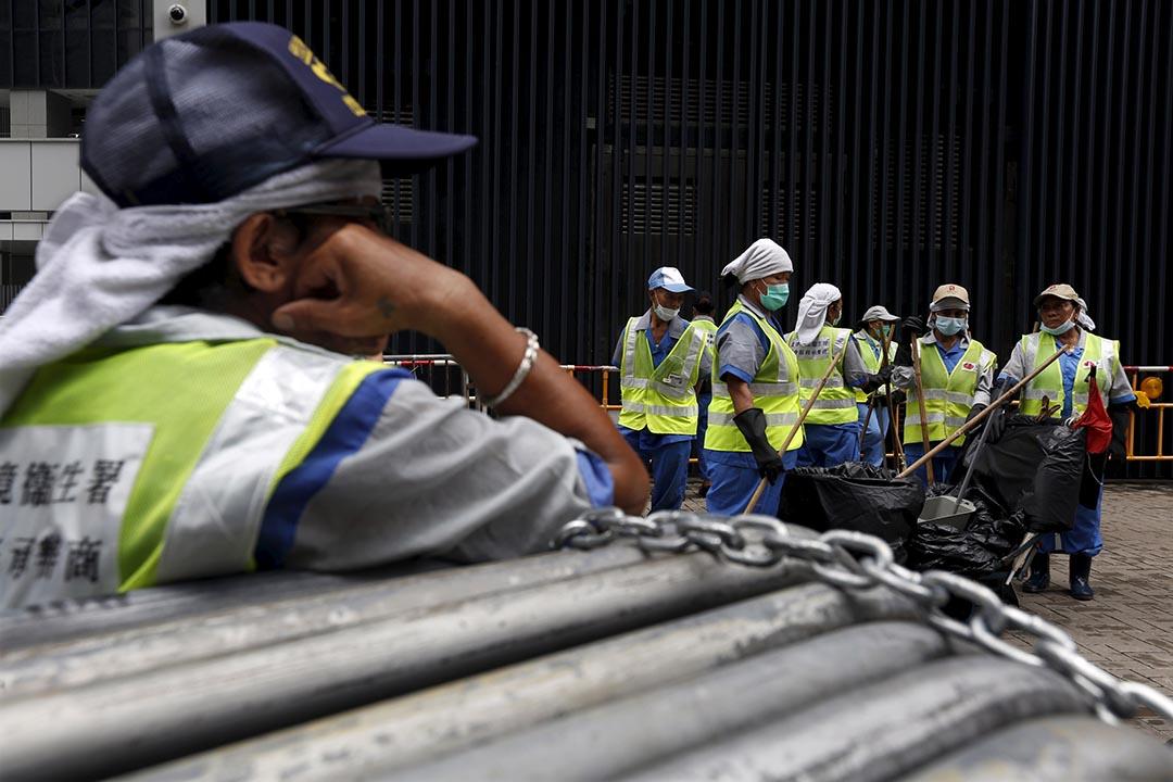 香港標準工時立法爭議持續,有報告指香港近73萬名打工仔每週工作逾51小時,而政府顧問研究則指,規定標準工時可致香港企業每年多損失逾100億港元。攝: Bobby Yip /REUTERS