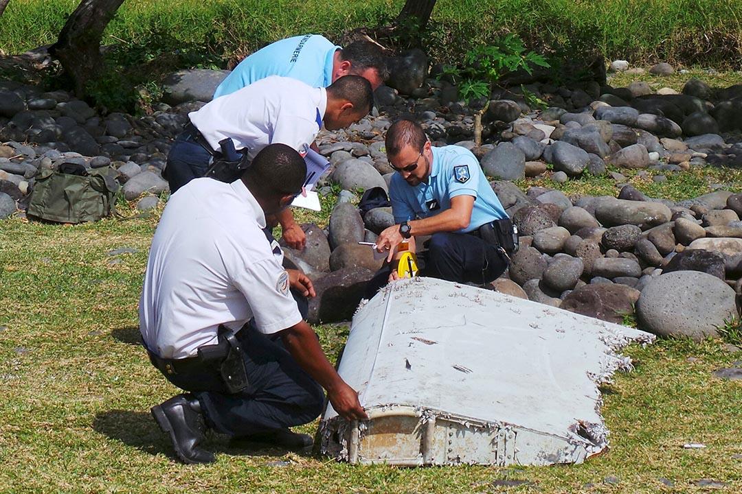 法國憲兵和警察在聖安德烈海灘上檢查一塊飛機殘骸。攝: Anthony Kwan/GETTY