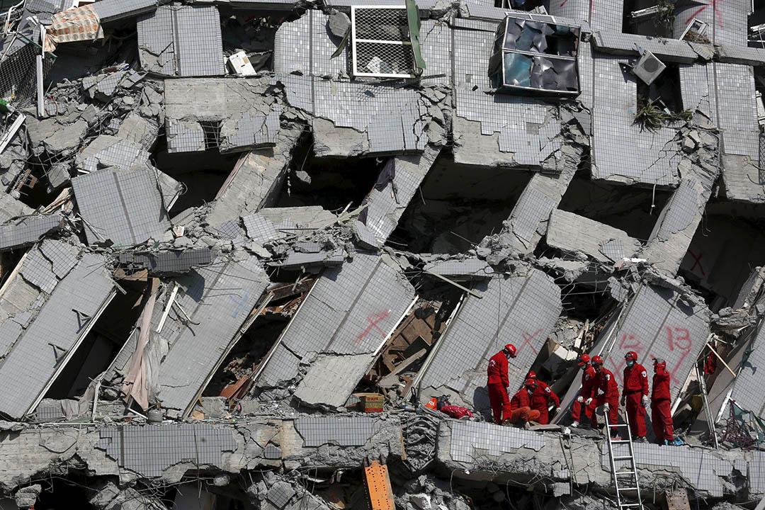 2016年2月7日,台南,救援人員在倒塌的維冠大樓進行搜救行動。攝:Tyrone Siu/ REUTERS