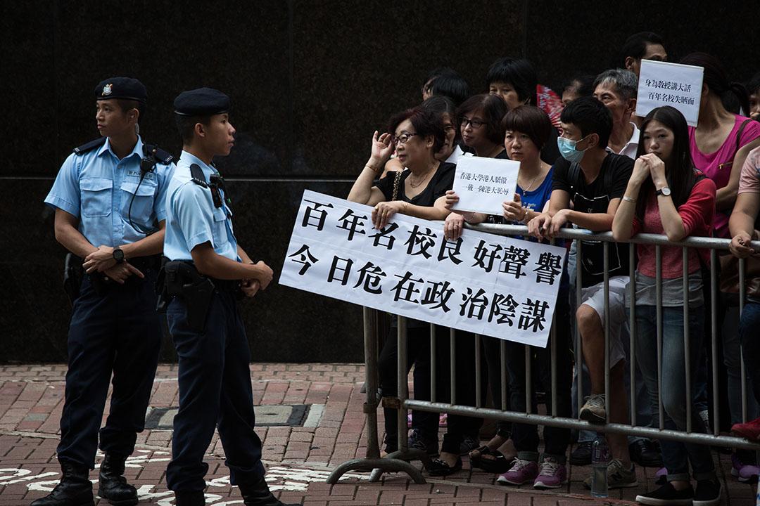 市民於港大畢業生議會舉行特別會議時到場支持。 攝:盧翊銘/端傳媒