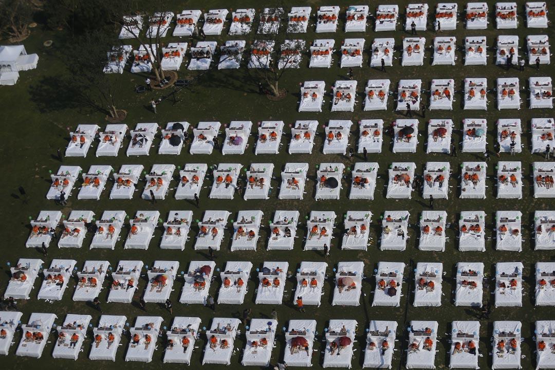 2015年8月16日,北京,超過400人在一家酒店集體在床上吃早餐,挑戰打破健力氏世界紀錄。 攝:CFP via GETTY