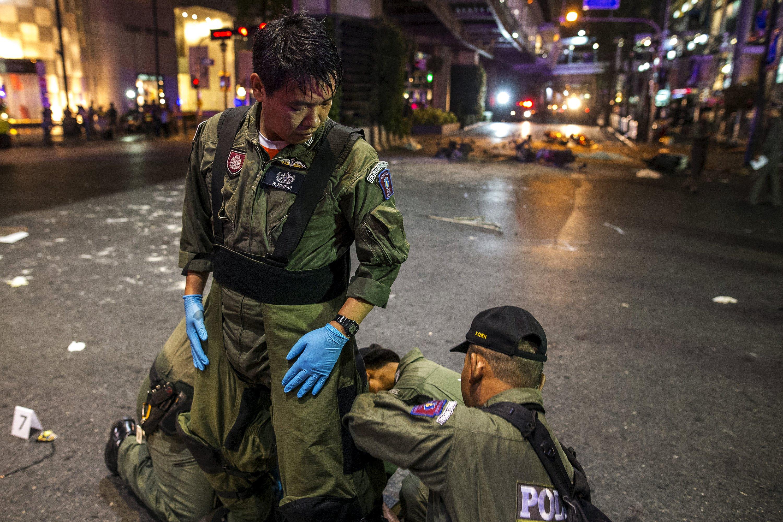 泰國警方爆炸品處理組穿著保護衣準備進入四面佛寺調查。