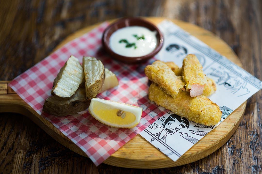開心魚柳($58),魚柳裹上麵包碎焗香,配檸檬奶酪及焗薯角,又香又好吃。攝:Lit Ma/端傳媒