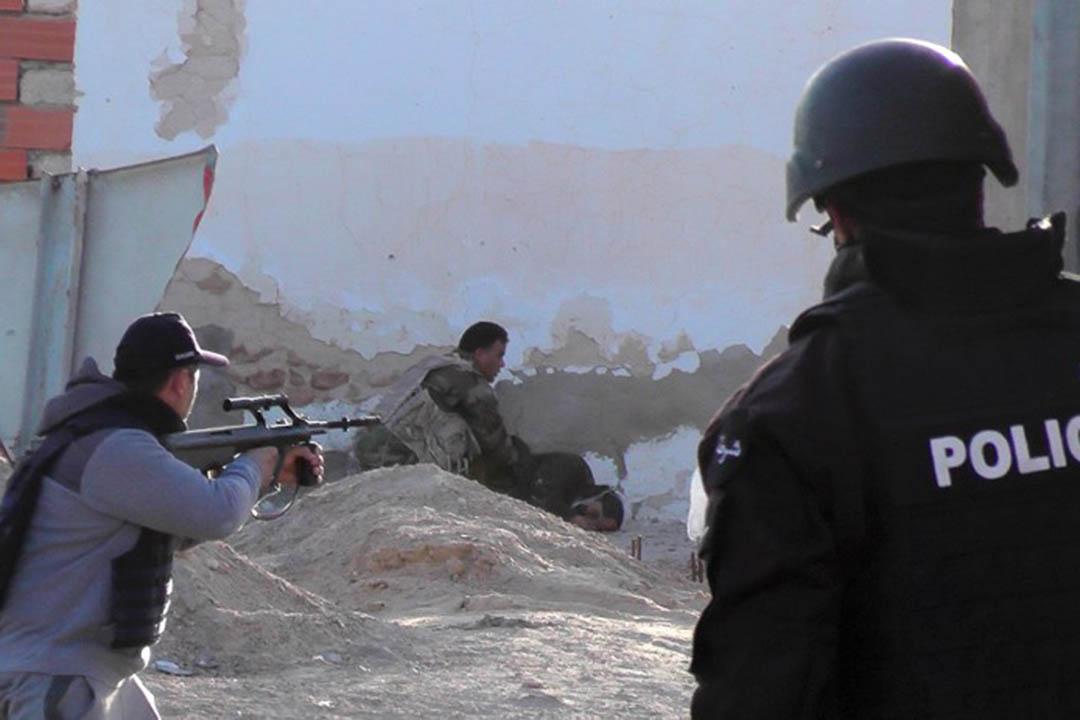 2016年3月7日,突尼西亞安全部隊與極端伊斯蘭武裝分子在毗鄰利比亞邊境的東南部城鎮班古爾丹(Ben Guerdane)爆發激戰。攝:FATHI NASRI/AFP