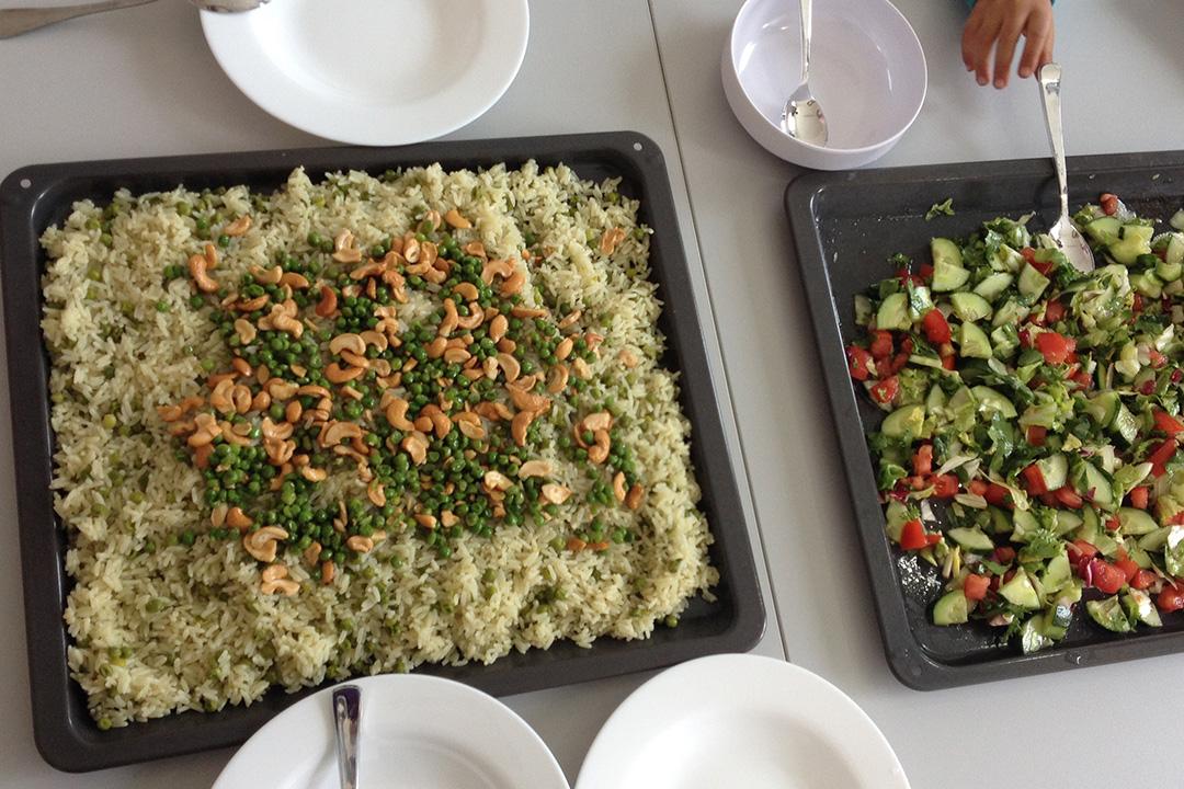 阿卡藍在前往歐洲路上結交的新朋友瑪哈掌廚,我們在德東小鎮宿舍裏美味的一餐。照片由作者提供