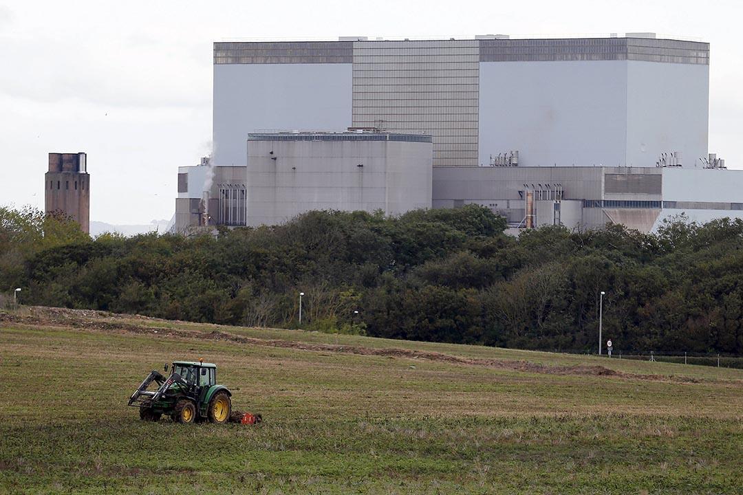 欣克利角核電站位於英國西南部薩默塞特郡布里奇沃特市,一輛割草車在剪草。攝 : Suzanne Plunkett/REUTERS