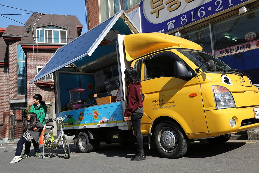 「太陽能咖啡車」靠太陽能為咖啡機供電,踩兩下單車便能為棉花糖機發電。攝:孫賢亮/端傳媒