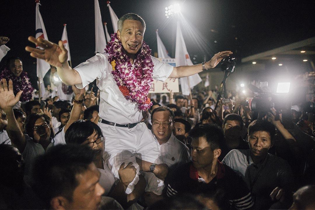 人民行動黨宣布勝出大選後,支持者抬起行動黨秘書長兼總理李顯龍慶祝。攝:Anthony Kwan/端傳媒