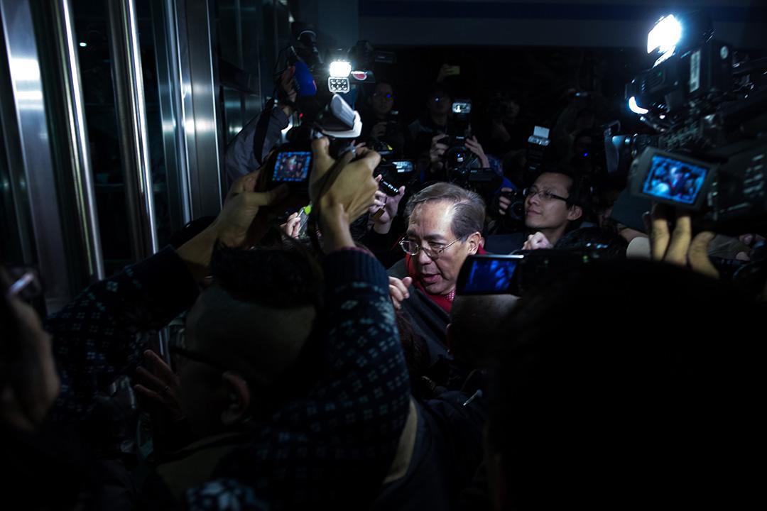 2016年1月26日,香港大學校委會主席李國章在校委會會議結束後被學生包圍,一度折返校園內暫避。攝:盧翊銘/端傳媒