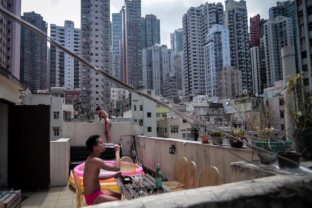 住客於舊樓天台上享受日光浴。攝:Billy H.C. Kwok