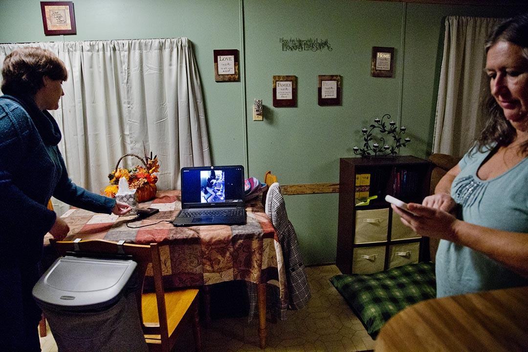 Holly從電腦裡找出護士把剛剛出生的嬰兒交給他的中國母親時候的照片。攝 : Hai Zhang/端傳媒