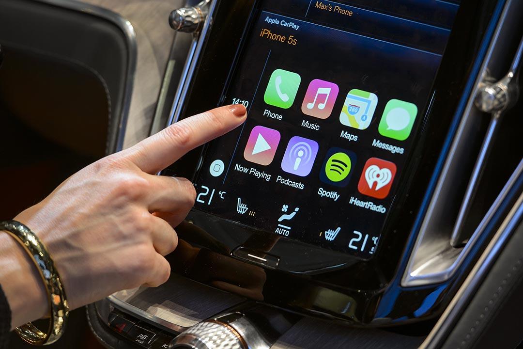 參觀者試用蘋果 CarPlay 程式。攝 : Fabrice Coffrini/AFP