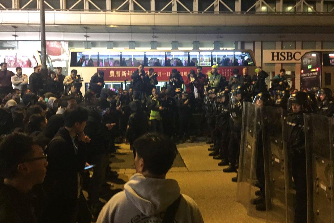 2016年2月9日,旺角,凌晨三時,防暴警在彌敦道近銀行中心一字排開,與示威者對峙。攝:葉家豪/端傳媒