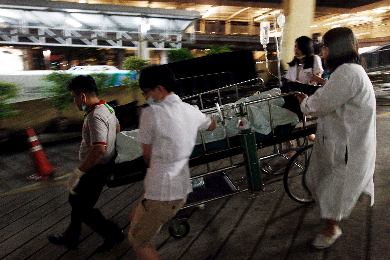 爆炸後一名傷者被送到醫院接受治療。