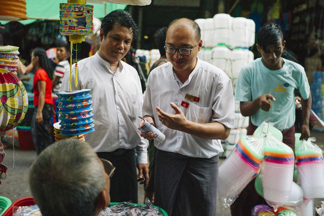 2015年11月5日,仰光,全國民主力量黨(NDF)華人Aung Thu Hein參選緬甸大選,圖為他於China Town拉票情況。攝:葉家豪/端傳媒