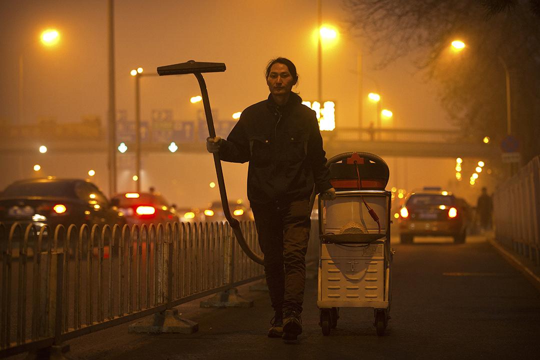 藝術家「堅果兄弟」用100天的時間,在北京的大街小巷,用吸塵器收集空氣中的塵埃,然後把收集起來的塵埃,造成一塊磚。攝:Mark Schiefelbein/AP