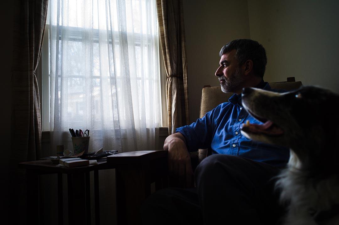 週五的下午, Carey安靜地坐在窗邊。攝 : Xiao Chang/端傳媒