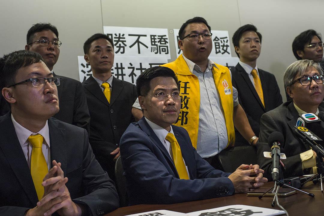 2015年11月23日,新民主同盟范國威與黨員在區議會選舉翌日舉行記者會。攝:葉家豪/端傳媒