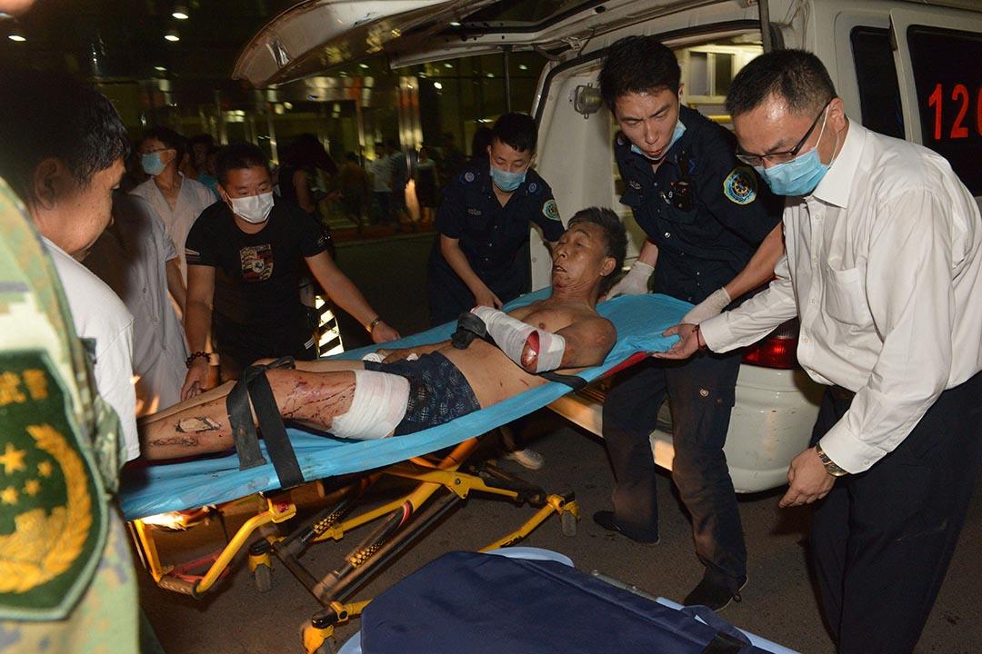 一名傷者被送到醫院。攝 : AFP