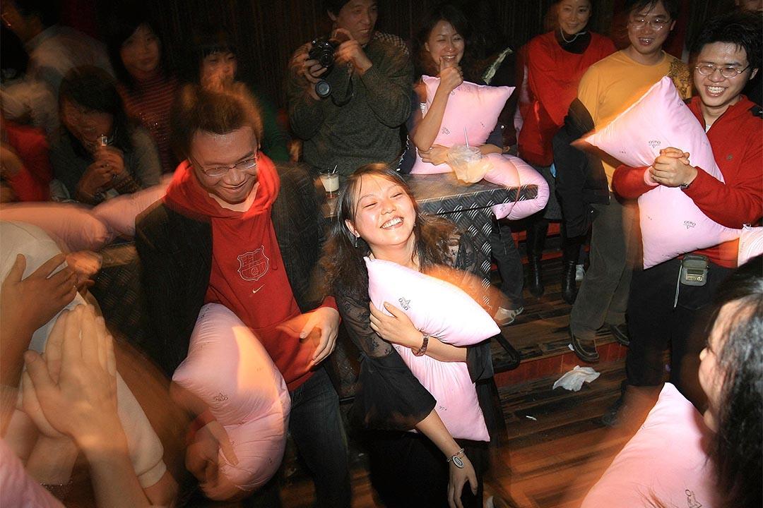 一批男女透過一個相親網站參與一個枕頭派對。攝:China Photos/Getty