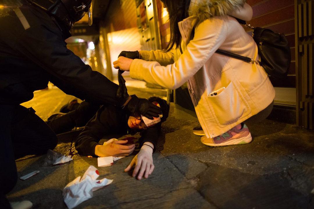2016年2月9日凌晨二時,,旺角,一名示威者頭部受傷倒臥地上。攝:林亦非/端傳媒