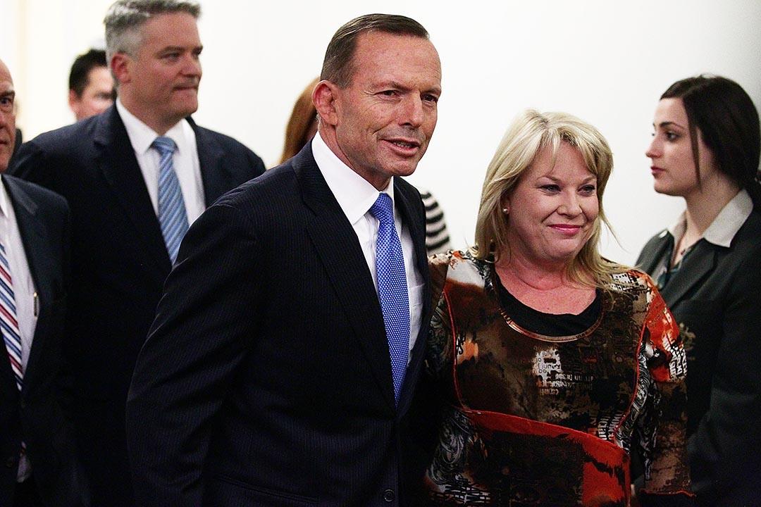 現任總理阿博特(Tony Abbott)與其支持者選舉後離開議會大樓。攝 : Stefan Postles/GETTY